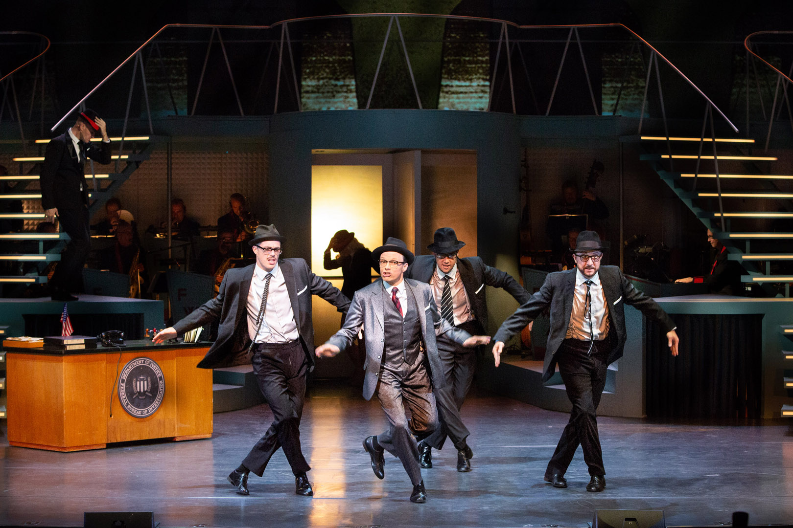 Catch me if you can. Im Bild (v.li.n.re.): Tim Hüning (Agent), Rob Pelzer (Carl Hanratty), Foto: Pedro Malinowski