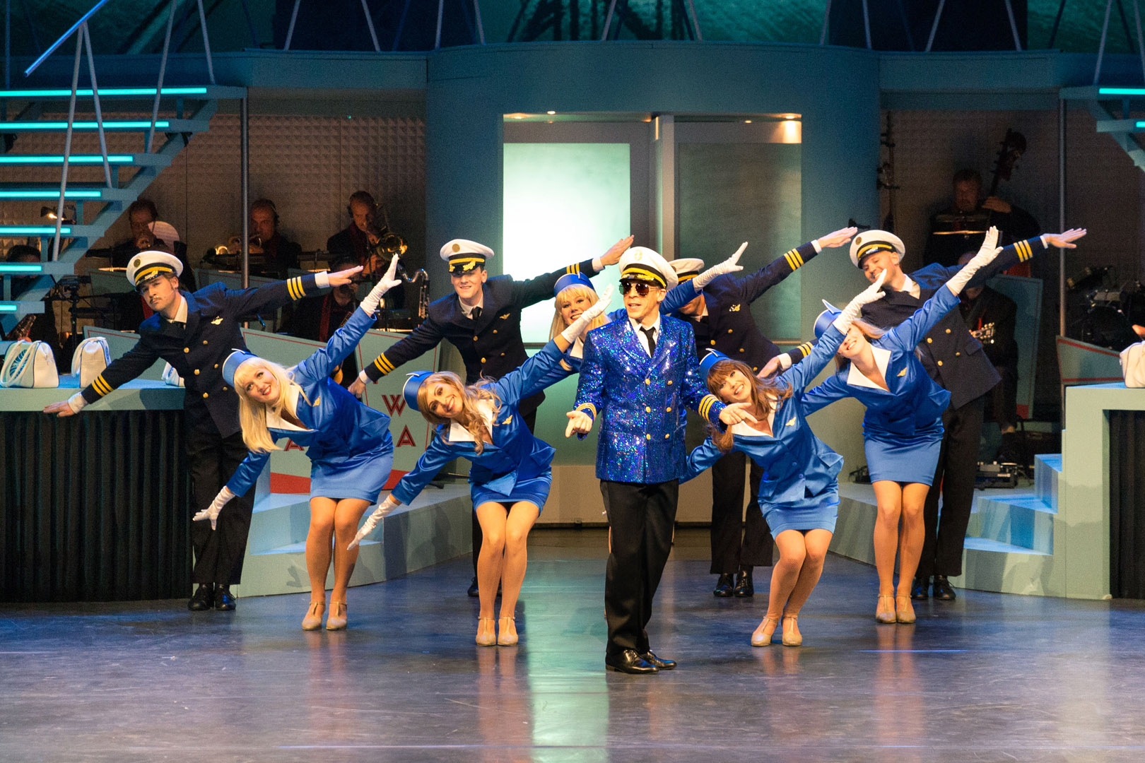 Catch me if you can. Im Bild (v.li.n.re.): David Jakobs (Frank W. Abagnale Jr.) und Ensemble , Foto: Pedro Malinowski