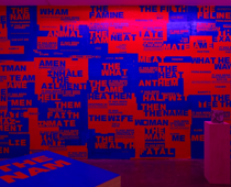 Fiona Banner, THE MAN poster collage, 1997 (Hintergrund), Not so Much a Coffee Table Book, As a Coffee Table, 2015 u.  Trance, 1997 (Vordergrund), Installation Ikon Gallery 2015; Courtesy Fiona Banner und Ikon Gallery, Foto: Stuart Whipps